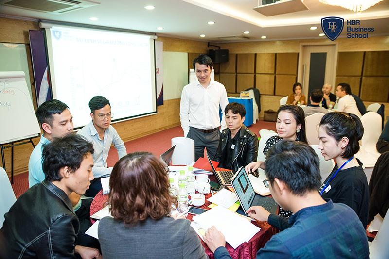 Dù khá bận rộn với việc điều hành doanh nghiệp, Tony Dzung vẫn sắp xếp thời gian để trao truyền ngọn lửa khởi nghiệp đến các thế hệ lãnh đạo trẻ.